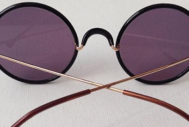 镜头的刮痕常常与眼镜布直接有关!